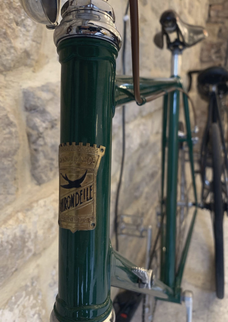 velo vert sur mur en pierre design lab
