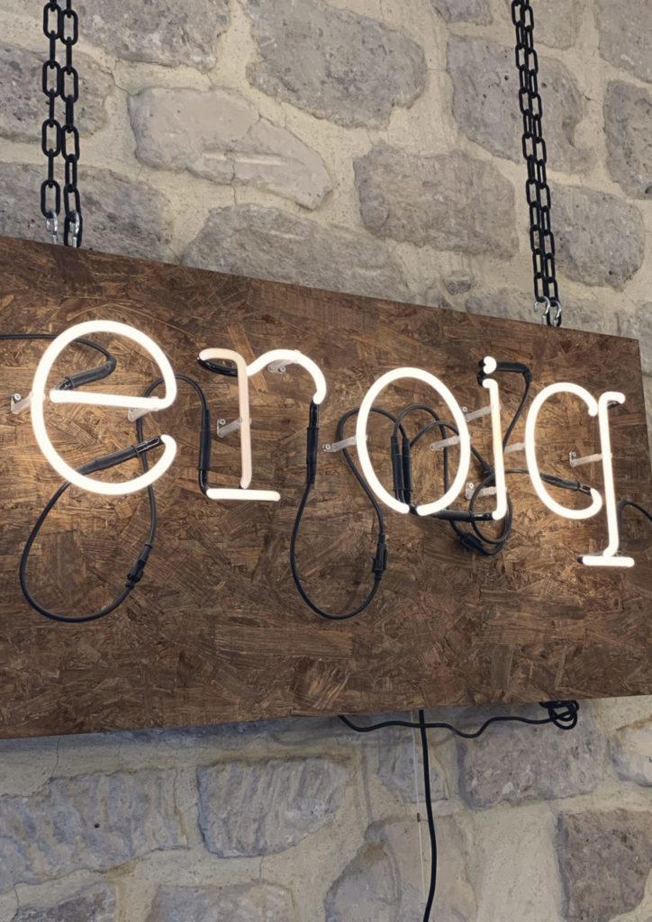 lettre eroiq neon sur bois design lab